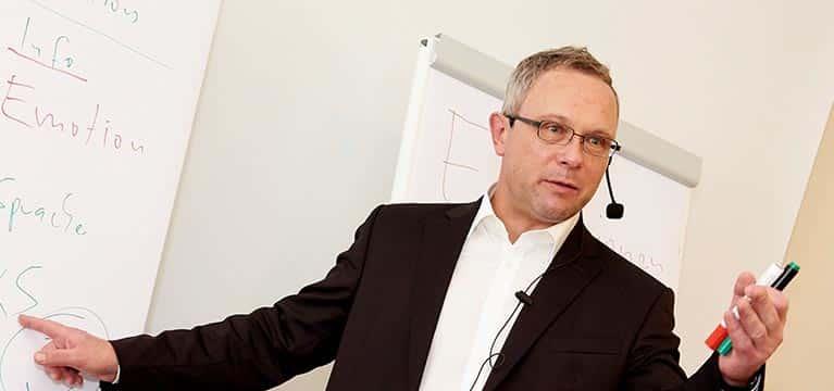 Verkaufstraining mit Ingo Vogel vor Flipchart