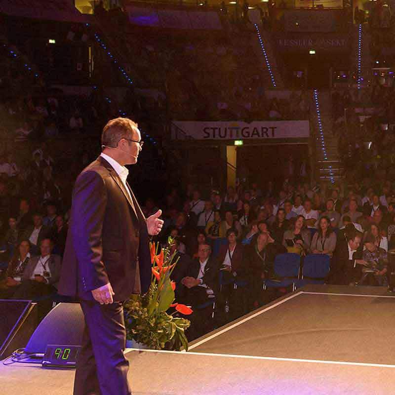 Verkaufstrainer Ingo Vogel auf großer Bühne mit Ingo Vogel